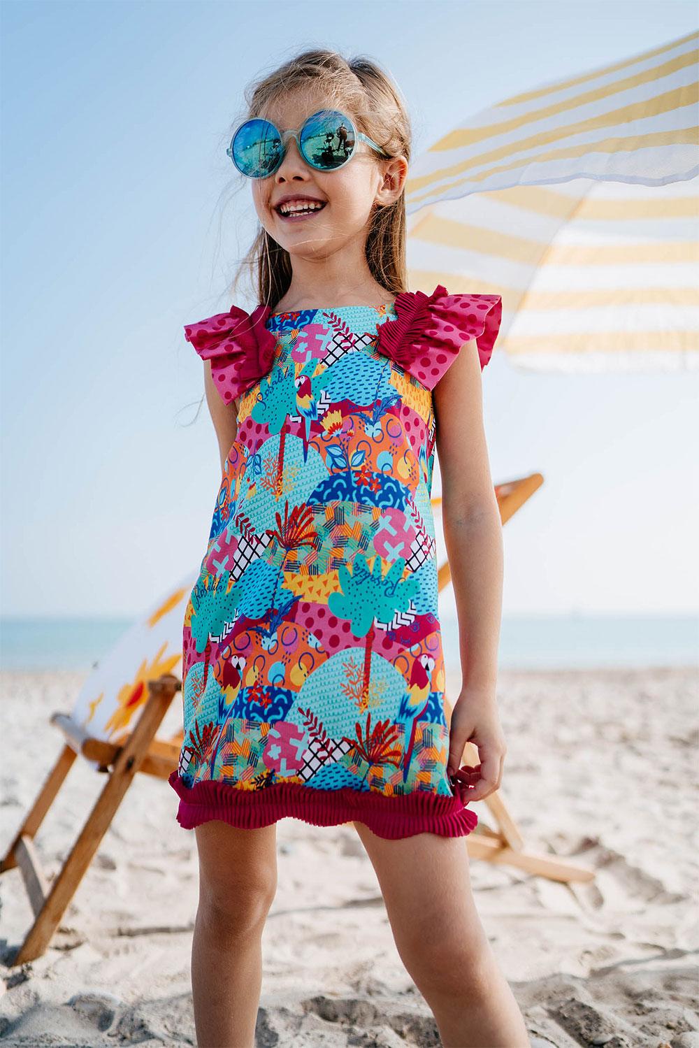 Niña con vestido de la temporada primavera verano 2021